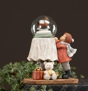 Bilde av Figur, barn med snøglobe H: 17 cm, håndlaget